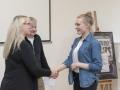 Paní ředitelka Pavelková gratuluje Tamaře Pauknerové ke 2.místu