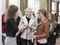 Studentky přebírají čestné uznání za účast v soutěži.