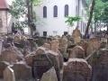 7 12 000 náhrobních kamenů